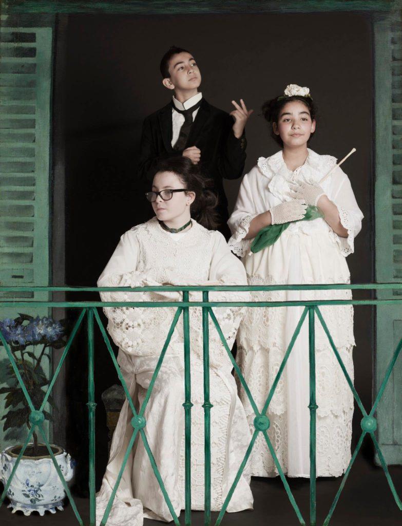 """Le balcon de Manet plus vrai que nature.  """"Il faut bien se tenir quand on met une robe comme ça"""" nous disait la rêveuse de gauche.  Aussi notez combien tout le monde se tient avec grâce et distinction! Incrustation numérique du décors original du tableau.  © Franck Couvreur"""