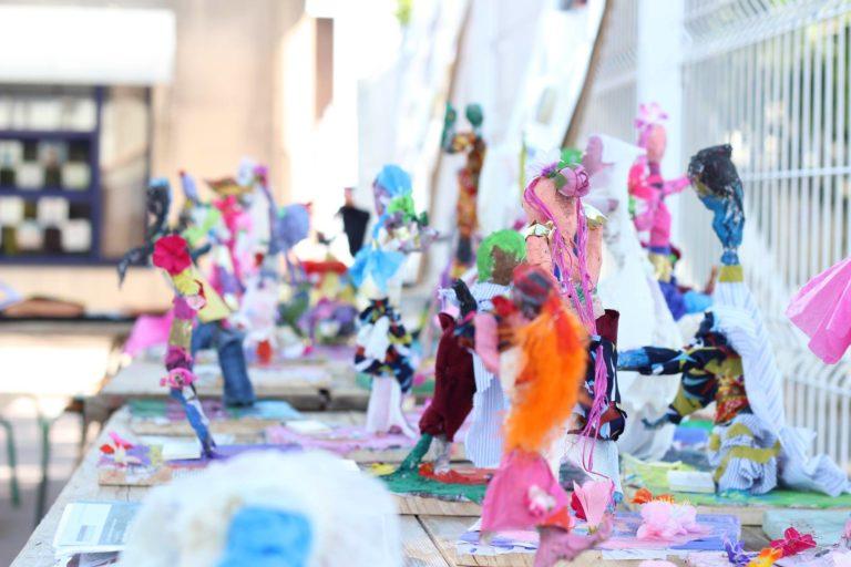une farandole de personnages en papier mâché, ici présentés pour l'exposition de fin d'année dans la cours.