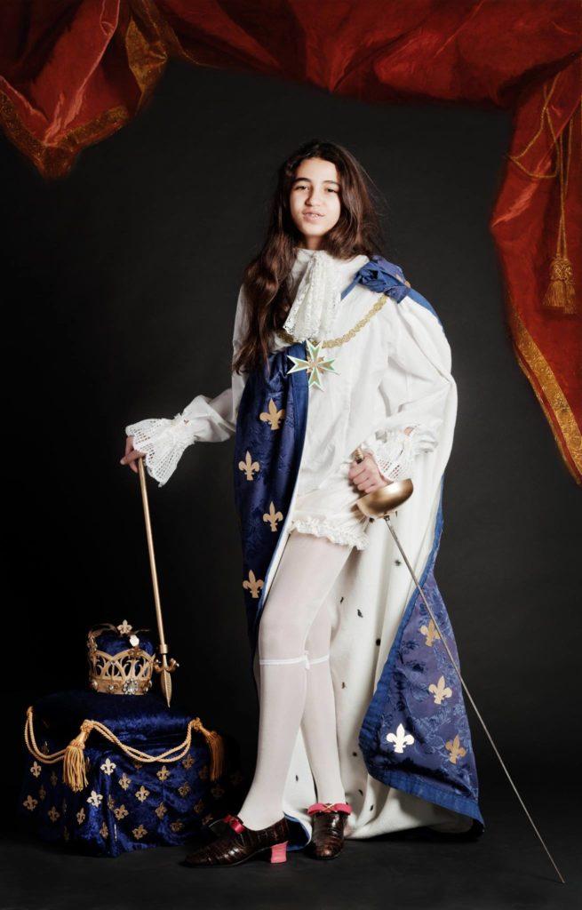 Louis XIV et tous ses attributs royaux, en toute modestie, le mercredi après midi au centre social de la Croix des Oiseaux.  Incrustation numérique du rideau.  © Franck Couvreur