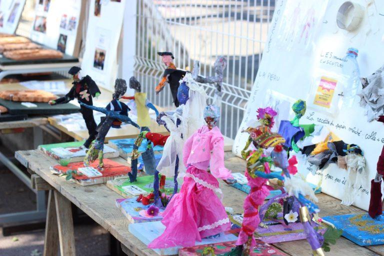 Du fil de fer, de la colle à papier peint, du papier journal, du tissus, des tenailles, des pinces coupantes, du scotch de peintre et voilà une armée de 40 personnages!  Ici, entres autres, un jouer de foot avec un maillot bleu, un travailleur à cravate, une danseuse, une mariée