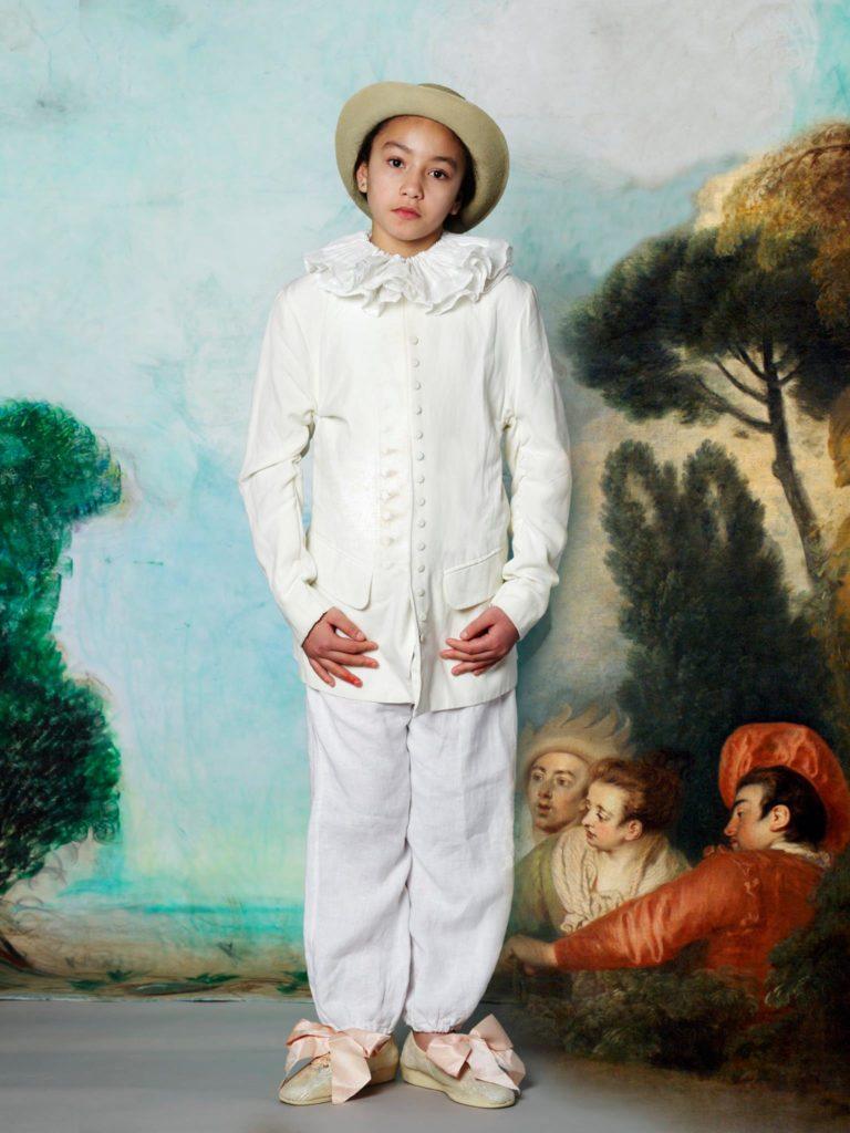 Un fond en trompe l'œil, un costume blanc, des nœuds aux chaussures et hop! Gilles de Watteau.  Incrustation numérique des personnages de droites. © Franck Couvreur