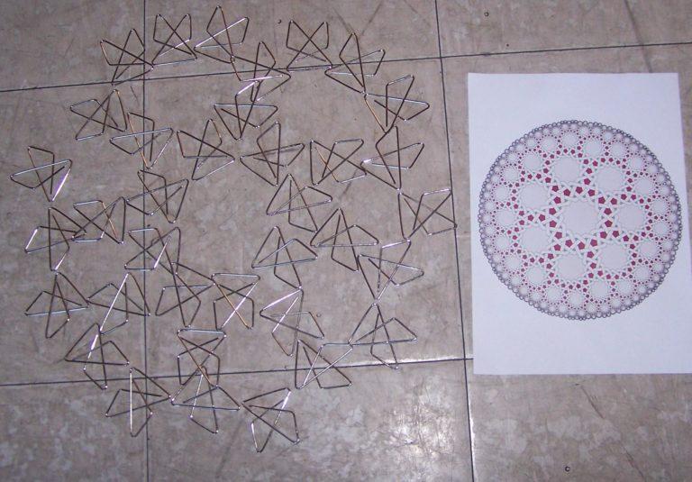 Pas mal du tout tous ces cercles imbriqués avec de simples trombones! ça rappelle un modèle fractal complexe.