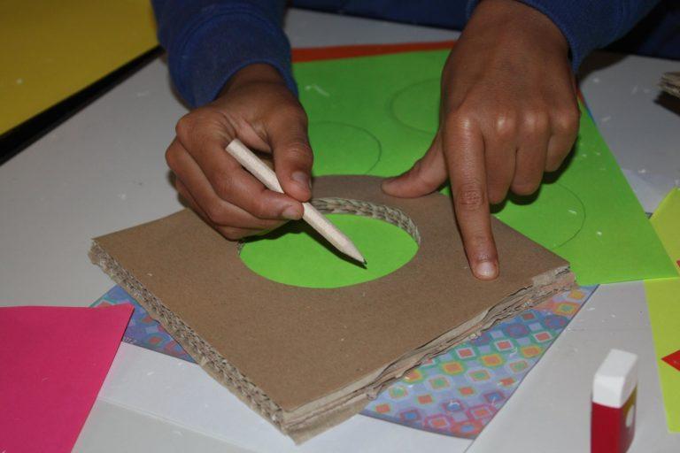 Vasarely c'était inspirant! Nous aussi on fait des grosses compositions avec des formes géométriques et des couleurs. pour les formes on utilise un gabarit. ici un cercle.