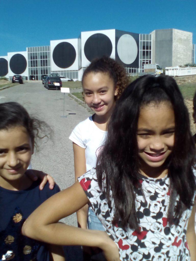 Une sortie chez Vasarely. Trois copines se prennent en photo devant ce bâtiment si spécial.