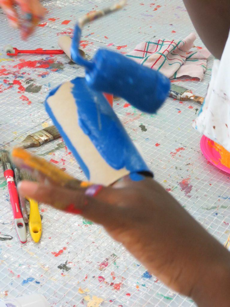 Pour les moins de 6 ans, une proposition de travail sur les contrastes et la motricité fine.  Je colore mon petit rouleau de carton en mettant mes doigts à l'intérieur et en forçant sur les parois pour laisser le champ libre au pinceau et à la peinture.