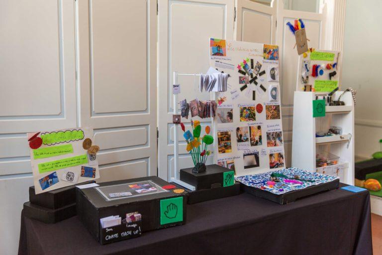 Le Film d'animation avec Cinambule: Les élèves ont recréé les étapes. Les étagères à froufrous pour créer des personnages multicolores qui s'animeront d'une image à l'autre.  Le décors à plat pour shooter les images La table mash up pour mixer du son sur les images.