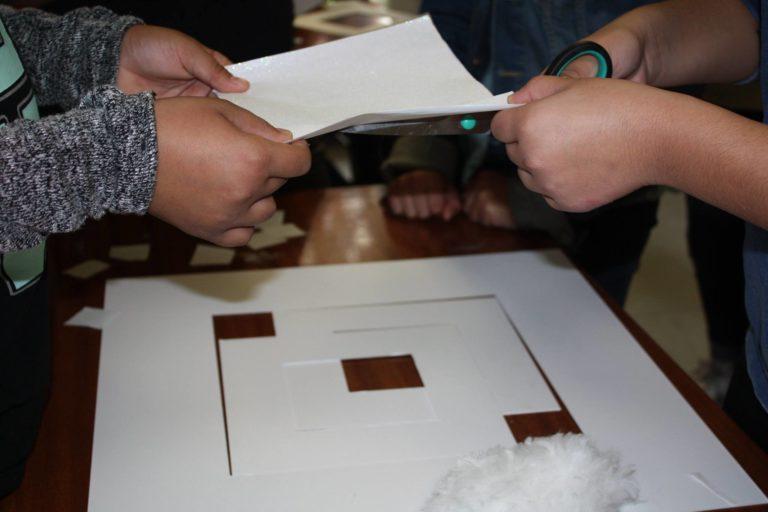 À la manière de René Guiffrey: le carré et le blanc seulement. Couper à la bonne dimension