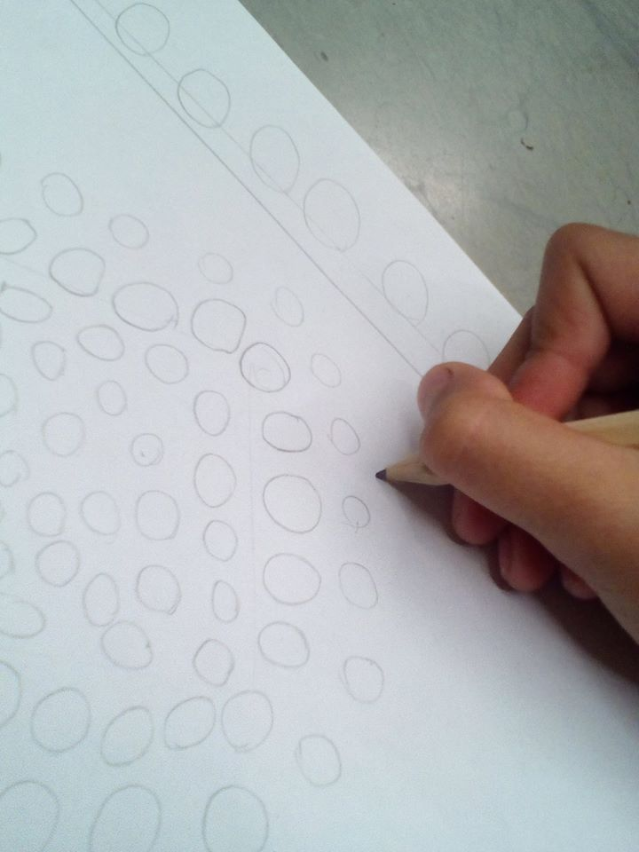Tout le monde cherche un tableau qui l'inspire et étudie sa composition géométrique en faisant un petit schéma rapide.