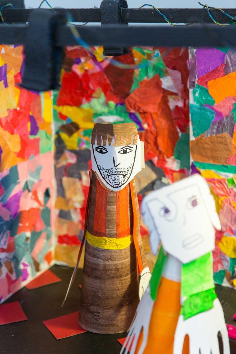 Zoom sur une scène reconstituée avec les créations des ateliers passées: les marionnettes et les décors verticaux. Pour l'exposition les élèves ont décider de créer le théâtre en lui même, avec les projecteurs et les gelâtes en couleur!