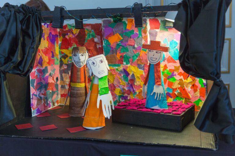 Les élèves ont aussi pensé aux rideaux!  Et ajouté un petit volume pour styliser le décors de la scène. ici des bergers en plein jeu.