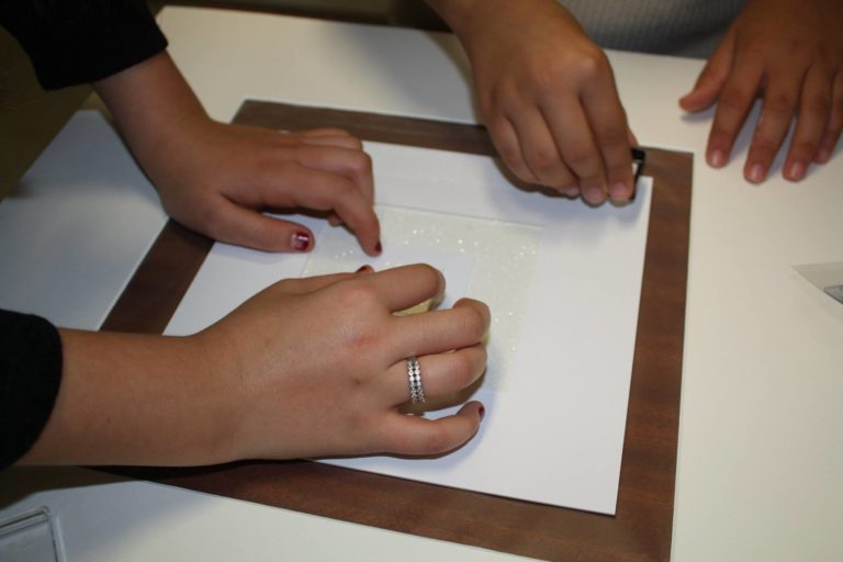 Le carré dans le carré maintenu avec un matériau translucide pour jouer avec la lumière comme René Guiffrey