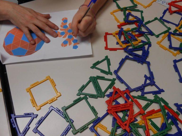 Créer soi même son propre patron en 2D pour réussir une structure fermée en 3D. on peut suivre, si on le souhaite, des patrons assez compliqués