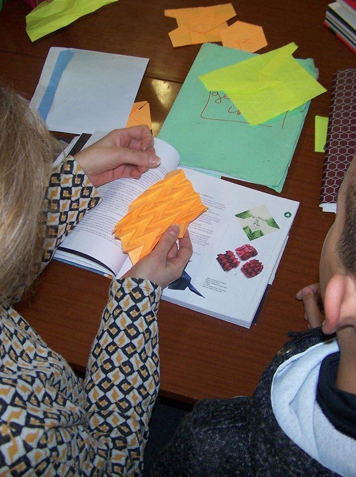 plus technique et moins connu, l'origami à motif répétitif purement géométrique. Ici on regarde bien le modèle et la méthode.
