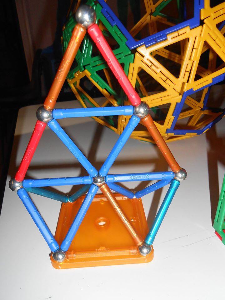 tentative d'assemblage géométrique avec des aimants, ça marche aussi
