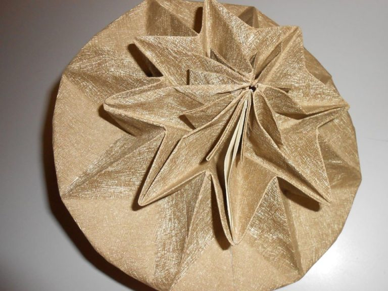 une mini sculpture en papier. le pliage est ici fermé sur lui même....