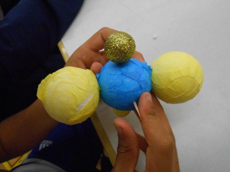 On assemble les atomes avec des piques à brochette et des cures dents, notre molécule est en train de naître doucement.