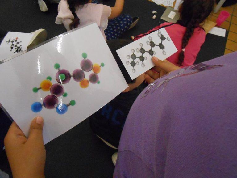 ici la molécule de gauche a un rendu moins géométrique systématique que celle de droite.