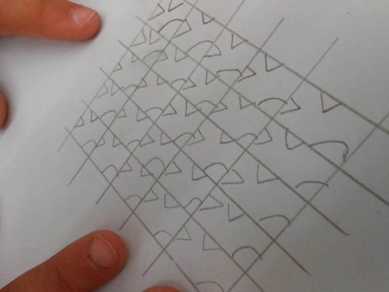 ici on retire un arc de cercle en bas à droite, un triangle au milieu en haut et un triangle sur le coté gauche.