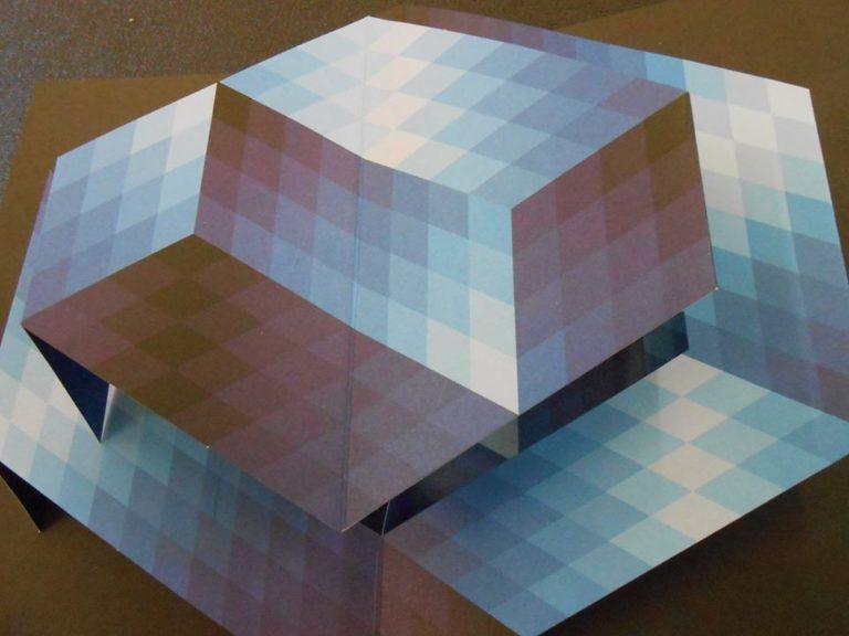 Un livre pop up sur le travail de Vasarely. Ce travail artistique est organisé et rendu possible par la géométrie.