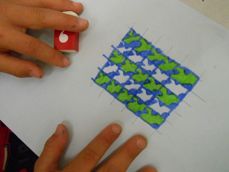 Ainsi apparaissent de nouvelles formes intriquées comme un puzzle qui se répète.  La couleur permet de mettre les motifs en valeurs.