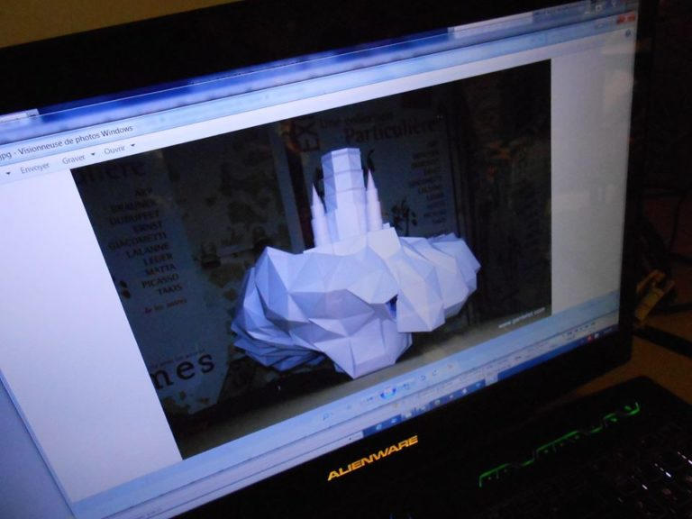 """Stéphane aussi pratique une sorte d'origami!!! il a fait un très beau château rocher nuage! """"wouahhh"""" """"oohhh"""" """"aaahhhhh"""" (bruits dans salle)"""