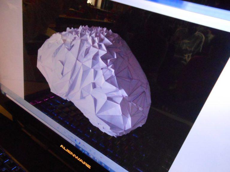 le pliage géométrique permet d'arriver à une forme courbe avec uniquement des lignes droites... un peu comme dans les jeux vidéos en fait