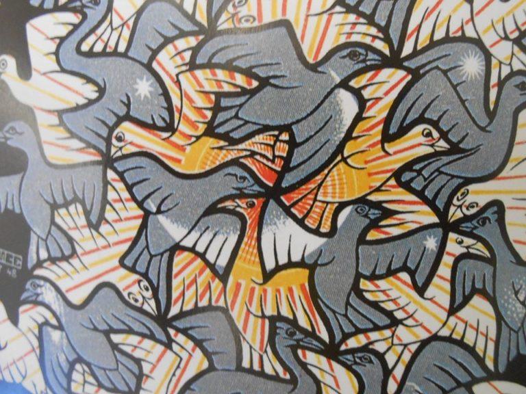 On observe une absence de vide dans l'intrication des motif. comme une mosaïque aux formes étranges et figuratives.