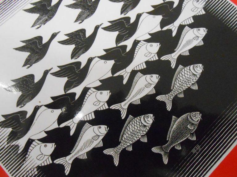Le travail pavé d'Escher est basé sur un modèle géométrique.