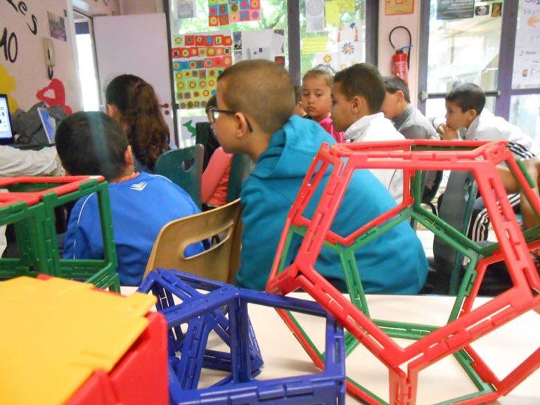 Les enfants ont montré à Stéphane gantelet tous les travaux qu'ils ont effectués depuis octobre. Maintenant c'est à eux d'être attentifs et de découvrir les travaux de Stéphane. Tous les yeux sont tournés vers l'ordinateur.