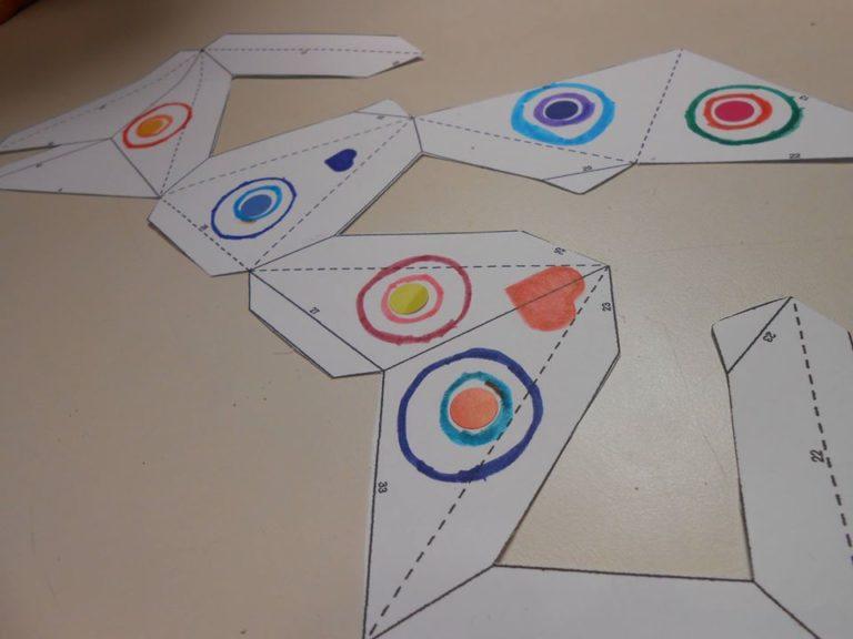 ici on a opté pour gommettes + feutres. et le cœur est bien un motif géométrique! c'est un carré avec deux 2 demi disques!