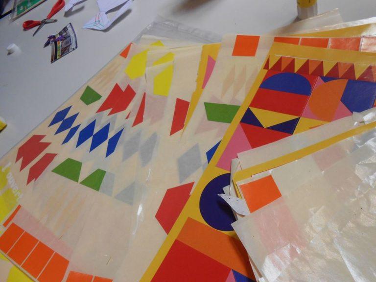 quand on a fini de couper, pour faire une déco géométrique sur notre patron géométrique on a ressorti les gommettes!