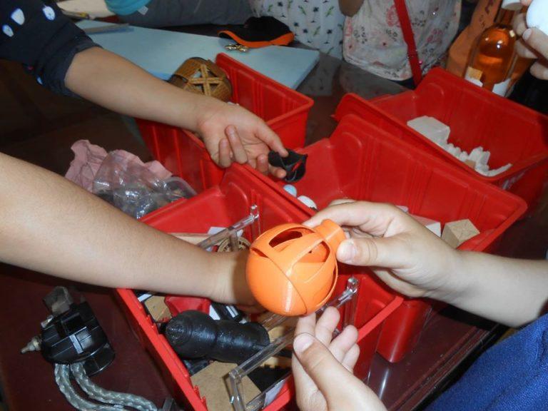 Il y avait plein de casiers remplis de petits pièces et objets créés sur place. on dirait.... des objets usinés! c'est parfait!