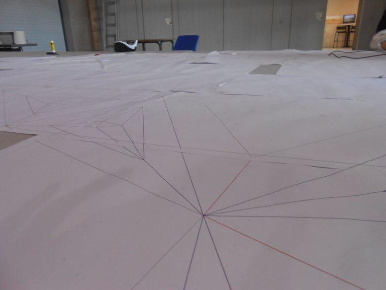 Sur une immense table de travail l'artiste a déplié Géo Tétra sur un plan en 2D à l'échelle 1..... beh dites donc il y en a de la surface! et des coupes à faire!