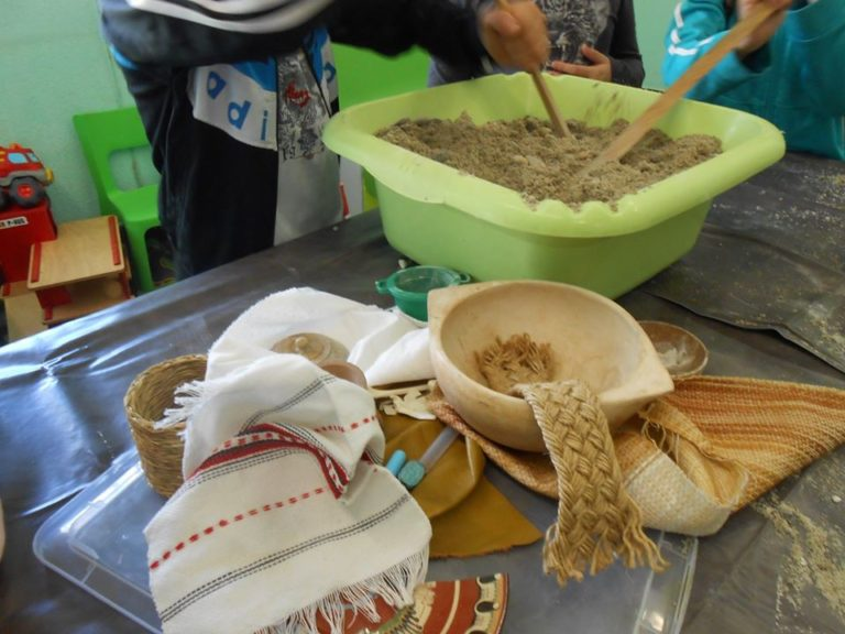 on remue le sable, on le mélange avec de la colle en poudre.... on veut le durcir, comme s'il était un peu fossilisé. dans 6 semaines ça sera tout sec, tout prêt!
