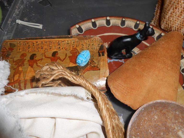 On va mettre tout ces petits objets dans notre fouille archéo. on a mis des pièges aussi, des objets en plastique. on va voir si les papas et les mamans seront bien attentifs.  sinon on leur expliquera!
